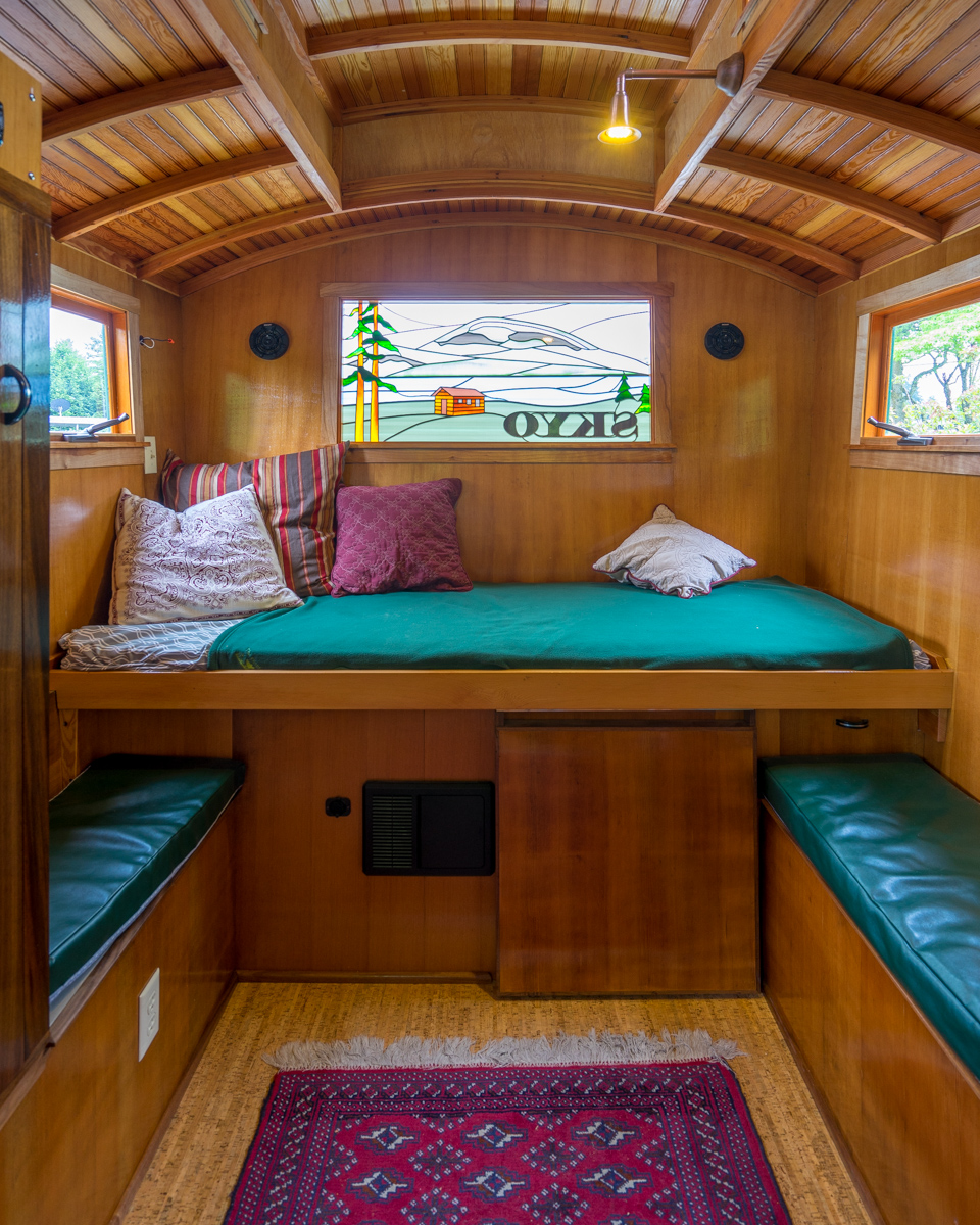 Small Homes That Use Lofts To Gain More Floor Space: Tiny House Bed Options